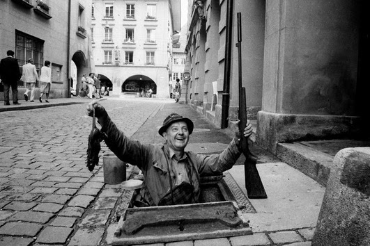 Aquí vemos un cazador de ratones de alcantarillas, una profesión antigua, al menos él llevaba un arma.